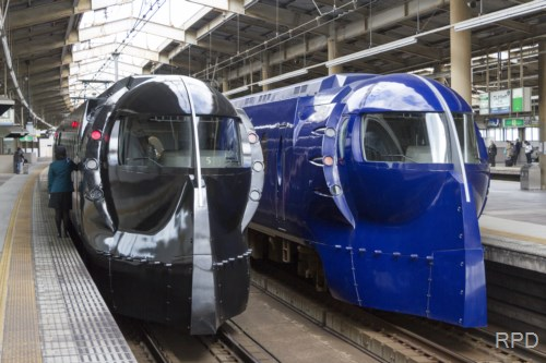 南海電鉄50000系「スター・ウォーズ/フォースの覚醒」号&青ラピート並び
